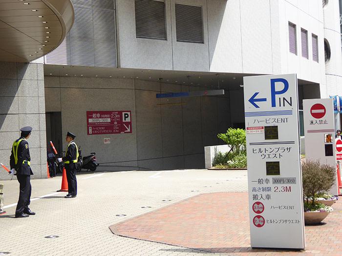 ハービスプラザ駐車場入口